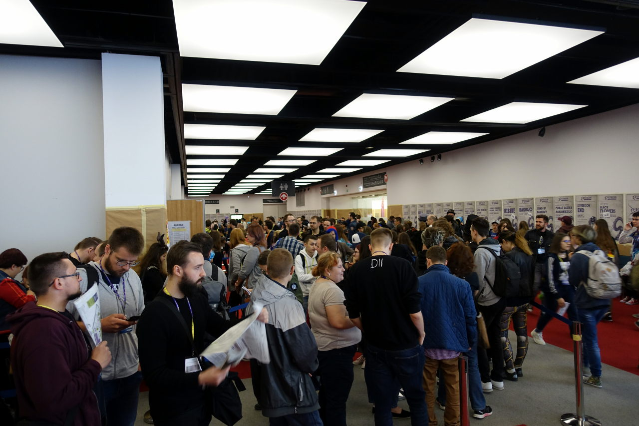 Many people queueing in a corridor during Pyrkon 2019.